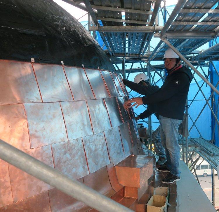 新鋪銅瓦,其施工工序由下方往上方順序鋪貼